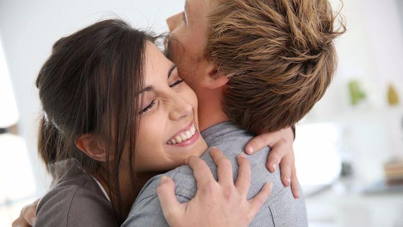Объятия продолжительностью в 20 секунд заставят тела обоих людей вырабатывать гормоны привязанности и доверия.